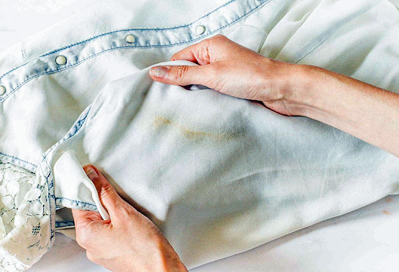 Rugină, descoperă cum se îndepărtează petele de pe haine și covoare